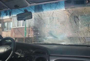 Габровец счупи предното стъкло на кола
