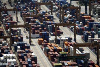 Спадът на търговията удря морския транспорт