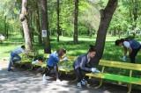 Ботевград: Ученици, съвместно с БКС, украсяват пейките в Градския парк