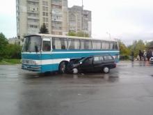 Лек автомобил се блъсна в автобус на военните в Тракийския квартал в Шумен