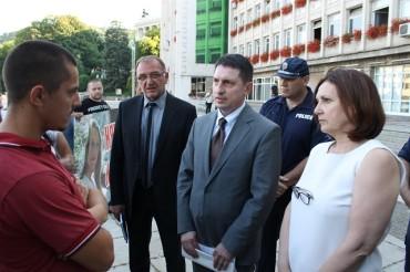 Шефът на МВР разговаря с близки на загиналата Веси