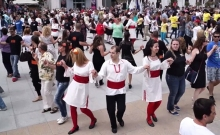 """Пресъздават тихото хоро от """"Време разделно"""" в центъра на Бургас"""
