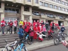 Десетки Дядо Коледовци на колела кръстосаха улиците на Шумен