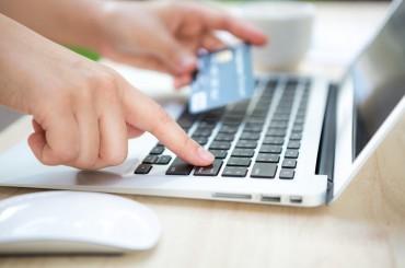 Всеки трети плаща онлайн