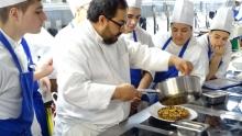 Шеф-готвач от Страната на баските демонстрира сладкарски рецепти пред варненци