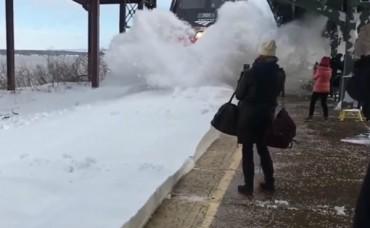 Влак причини лавина на гара (ВИДЕО)