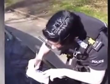 Полицаи отнеха нарцисите на малки момичета (ВИДЕО)