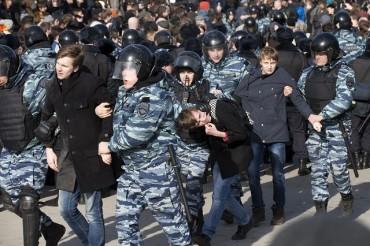 ЕС и САЩ осъдиха арестите в Русия (СНИМКИ)