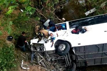 Автобус падна в река в Панама