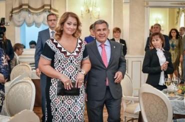 Съпругата на президента на Татарстан печели 313 пъти повече от него