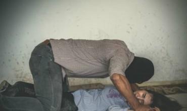 Бежанец изнасилил момиче пред приятеля й