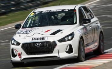 Hyundai пуска предпроизводствени представители на i30 N в състезание