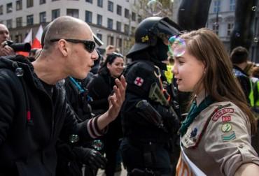 Хит в нета: Момиче скаут срещу неонацист!