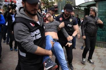 Бой, палки и сълзотворен газ в Истанбул (СНИМКИ)