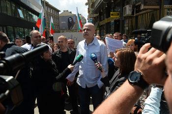 Бунтът на Слави Трифонов – пред парламента и в интернет