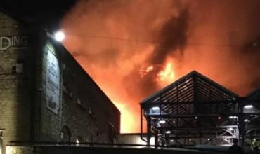 Пламъци обхванаха голям лондонски пазар