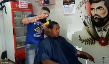 Само за мъже! Бразилски коафьор подстригва с… чук и брадва (ВИДЕО)
