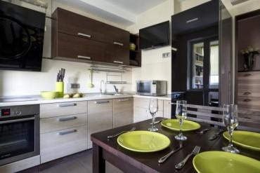 Малка кухня с трапезария и офис на балкона в панелен апартамент