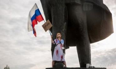Рускиня по пижама се окова за Ленин (ВИДЕО)