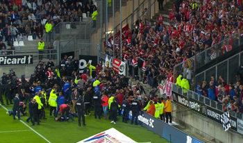 Фенове пострадаха на мач във Франция след счупена преграда