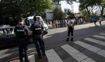 Мъж с пушка държи заложници в увеселителен парк