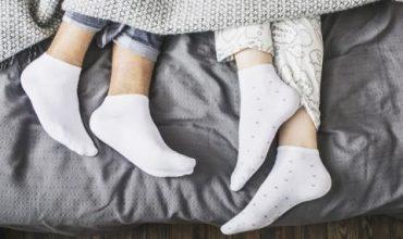 Спете с чорапи през студените сезони