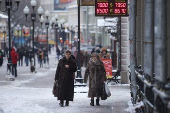 """Една шеста от хората на заплата в Русия са """"работещи бедни"""", сочи доклад"""