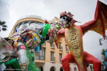 Дракон, бълващ пластмаса, посреща делегати на среща за океаните