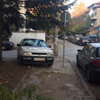 Изключително нагло паркиране на тротоар