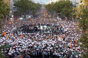"""Фотогалерия: Половин милион каталунци по улиците на Барселона с призив """"Свобода"""""""