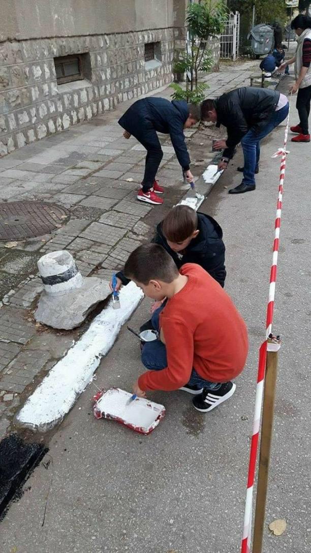 "Ученици от НУ ""Христо Ботев"" почистиха и освежиха района на училището"