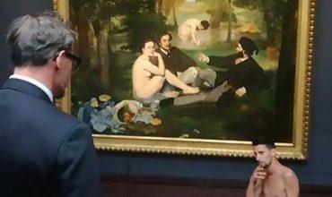 Артист позира гол пред световноизвестни шедьоври (СНИМКИ+ВИДЕО)