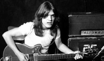 Китаристът на AC/DC Малкълм Йънг почина на 64 години