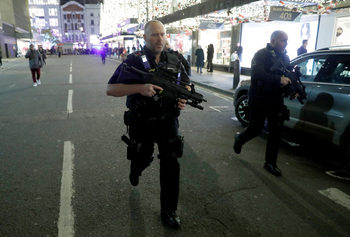 Въоръжена полиция евакуира централна станция на метрото в Лондон