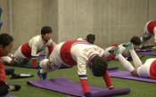 Севернокорейски футболисти в Япония, загряват с йога