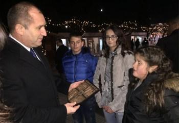"""Деца от ОУ """"Д-р Петър Берон"""" изненадаха президента Радев"""