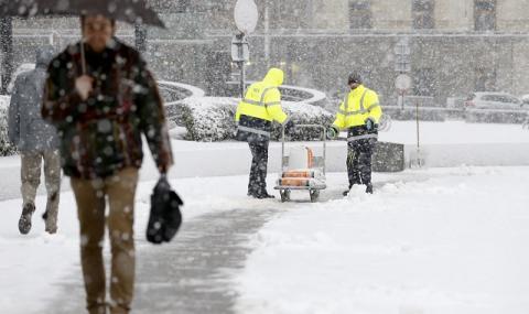 Снежни бури блокираха Западна Европа (СНИМКИ)
