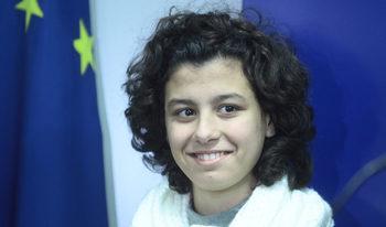 Историята на момичето от Стара Загора, спасило шофьор на тролейбус, влезе в британски учебник