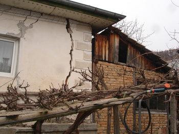 Дъждовете активизираха свлачища в югозападна България