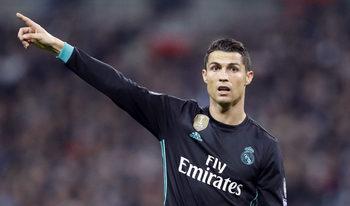 """Роналдо спечели """"Златната топка"""" за пети път и се изравни с Меси"""