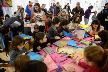 Снимка на деня: Деца правят картички за Коледа