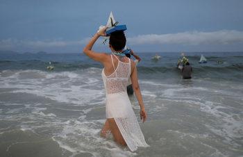 Фотогалерия: Цветя за богинята на морето