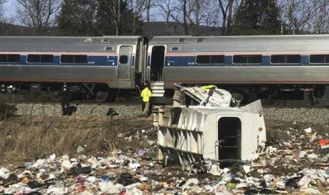 Влак с конгресмени се удари в камион