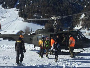 Заради лавина в Алпите туристи са евакуирани с хеликоптери