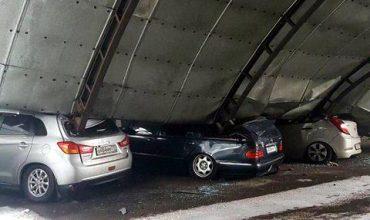 Паркинг се срути и премаза десетки коли в Русия