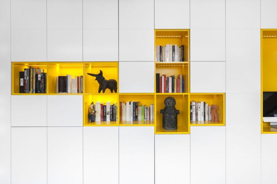Светъл и функционален интериор на просторен апартамент в Париж