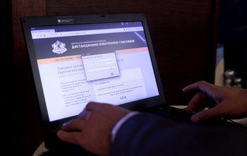 Заради провалена поръчка на МВР изборната комисия иска отлагане на електронното гласуване с вероятно 2 години