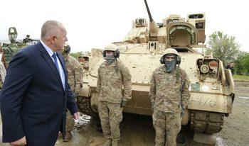 Премиерът поиска от САЩ по-евтини самолети и танкове