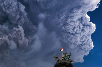 Снимка на деня: Пепел в небето