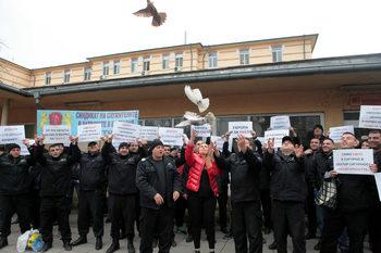 Надзиратели от цялата страна се събират на протест пред правосъдното министерство